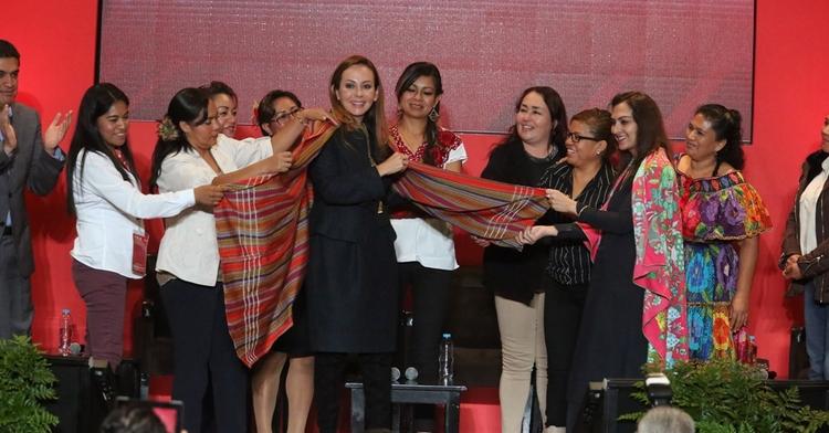 Beneficiarias PROSPERA Programa de Inclusión Social con la Coordinadora Nacional, Paula Hernández Olmos y la Ministra de Pakistán, Marvi Memon