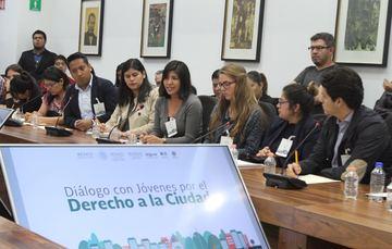Jóvenes que participan en la Conferencia de Naciones Unidas sobre Vivienda y Desarrollo Sustentable Hábitat III posan al lado de la titular de la SEDATU y del director del IMJUVE.