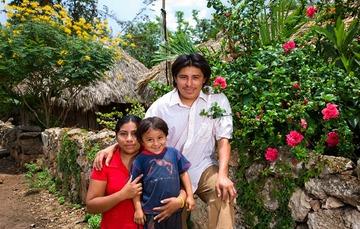 Familia de beneficiarios integrada por papá, mamá y un hijo