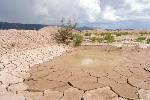 repositorio de agua seco por la desertificación