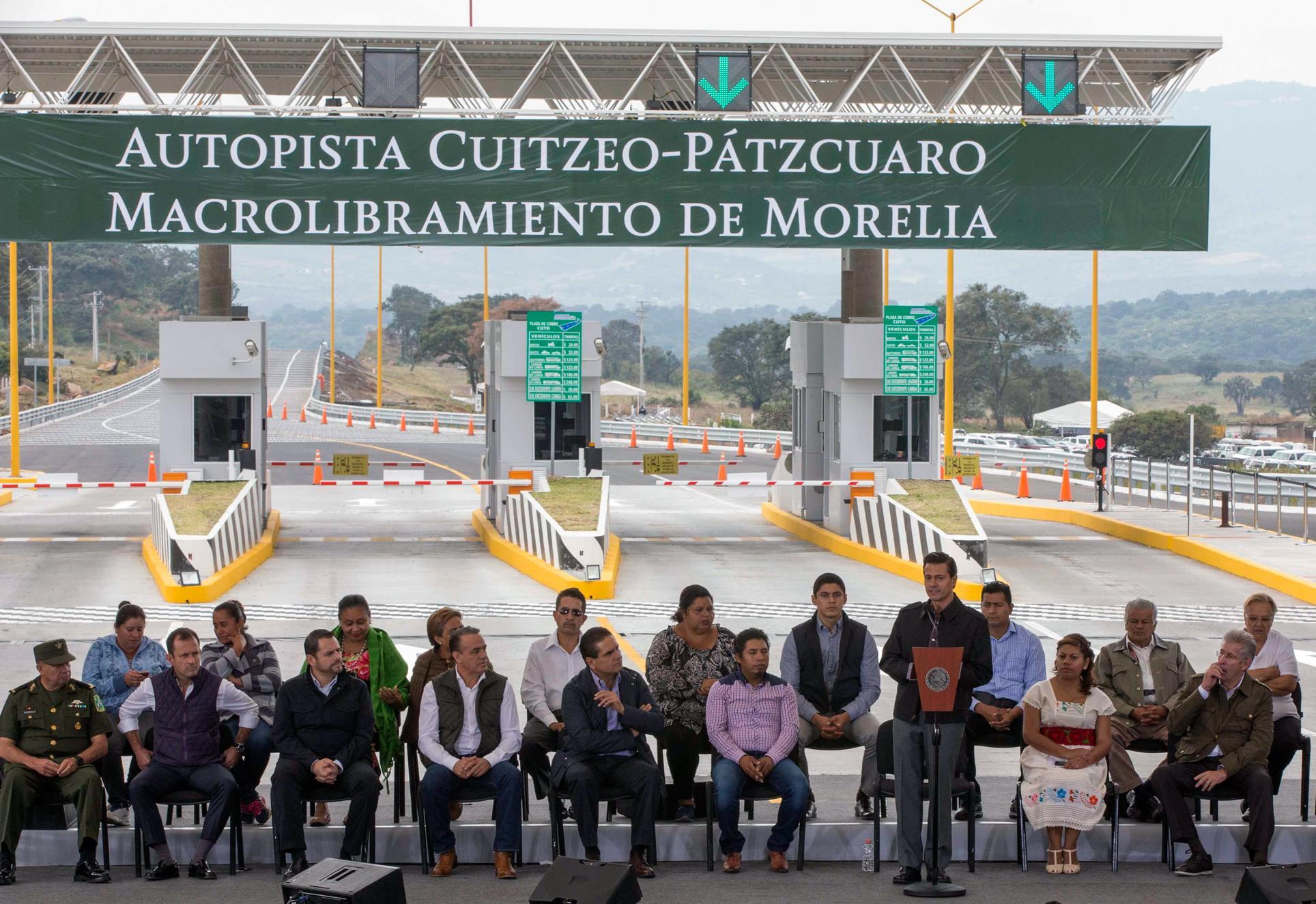 """""""No podemos seguir viviendo en dos realidades, en dos Méxicos: Uno de progreso y desarrollo, y uno que tiene mayor rezago. Y la clave o el punto central para impulsar el desarrollo de estas sociedades está precisamente en la educación"""": EPN"""