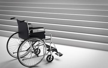 Silla de ruedas frente a una escalera