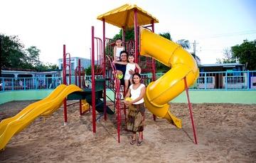 Familia en un área de juegos al aire libre