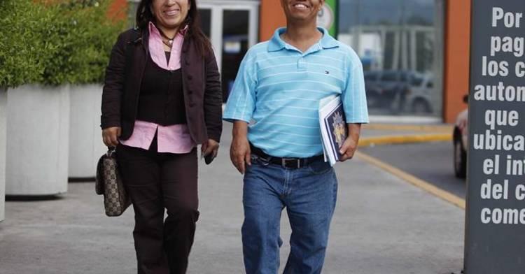 Una chica y un chico con talla baja caminando