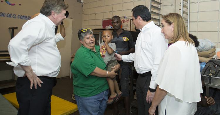 El Secretario Osorio Chong y la Secretaria Ruiz Massieu con el Gobernador de Baja California saludan personas del centro de migrantes.
