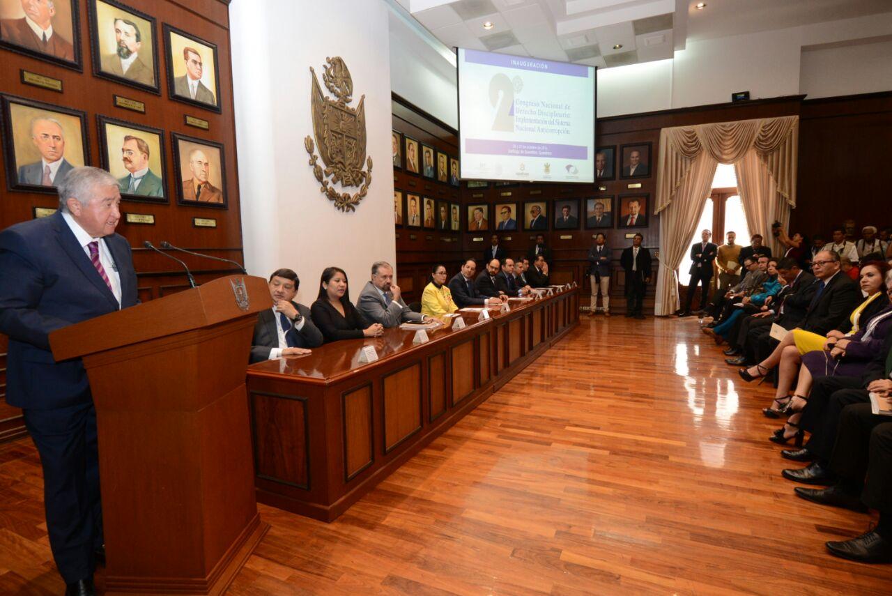 El Subsecretario  Raúl Sánchez Kobashi hablando en el podium, durante su participación en el Congreso.