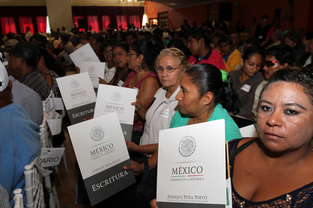 """A través de la estrategia certeza jurídica y seguridad patrimonial """"Papelito Habla"""" se han expedido solamente en el Estado de México más de 24 mil escrituras, cartas de liberación de adeudos, certificados agrarios y títulos de propiedad."""
