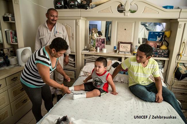 Una familia de Nuevo Laredo viste al más pequeño de sus miembros.
