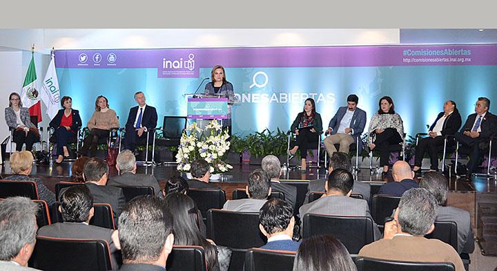 Mtra. Arely Gómez hablando el en podium durante evento del INAI, Comisiones Abiertas