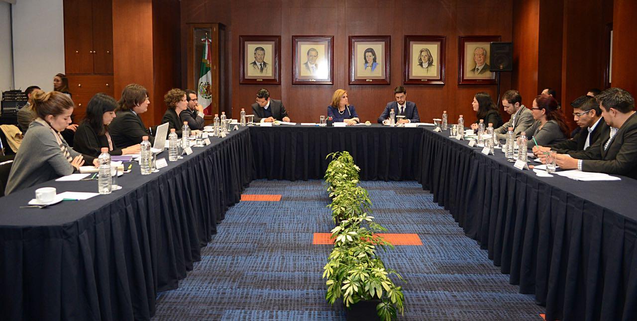 Secretaria Arely Gómez en reunión de trabajo