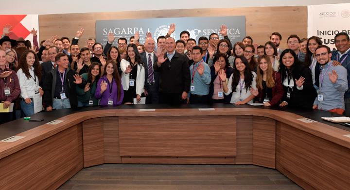 José Calzada con jóvenes del sector
