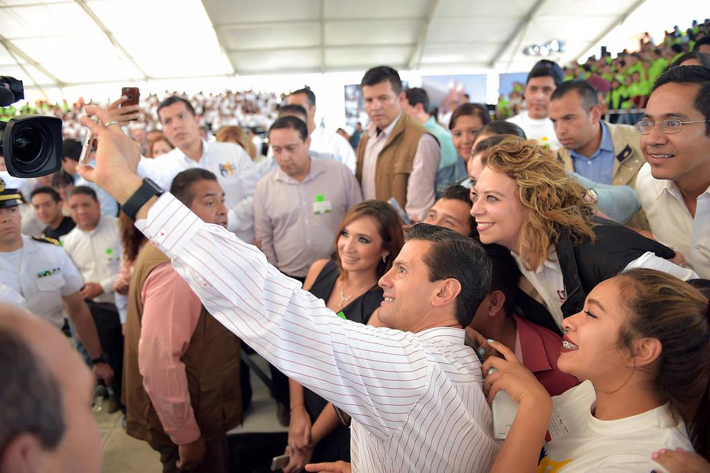 El Presidente EPN con jóvenes estudiantes.