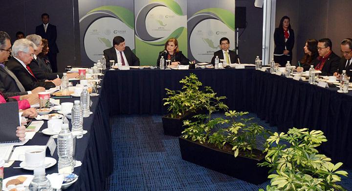 Secretaria Arely Gómez en reunión, ella al centro de la mesa y a su alrededor los Contralores escuchándola