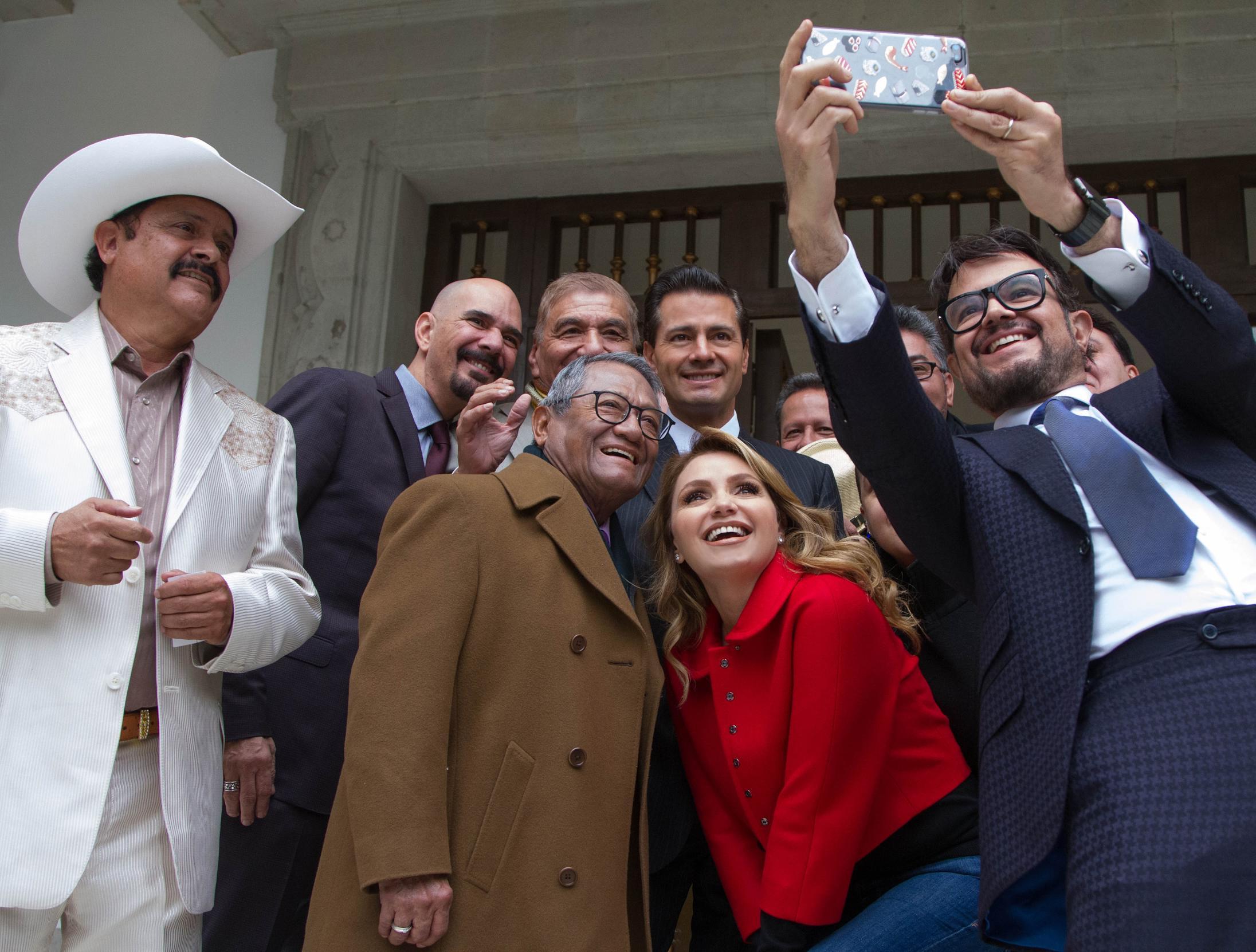 Miembros de la Sociedad de Autores y Compositores de México, le solicitaron al Primer Mandatario ampliar los espacios de difusión de sus obras en el Instituto Mexicano de la Radio.
