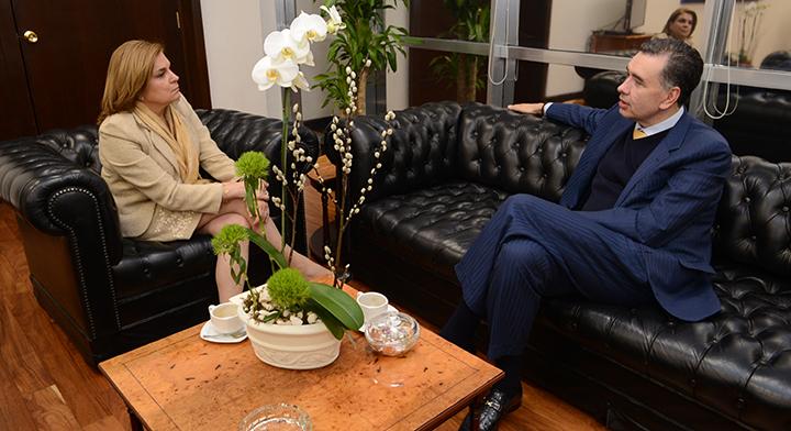 Secretaria Arely Gómez con el Diputado Federal Waldo Fernández platicando en una sala de estar