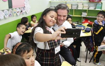 Aurelio Nuño le obsequió y dedicó un libro del escritor Ignacio Padilla