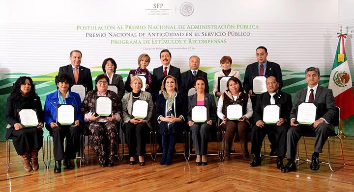 Foto Oficial de los ganadores del Premio Nacional de Antigüedad en el Servicio Público con la Secretaria Arely