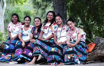 Mujeres con vestimenta tradicional mexicana
