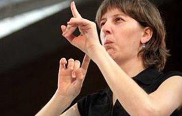 Mujer Interpretando en Lengua de Señas