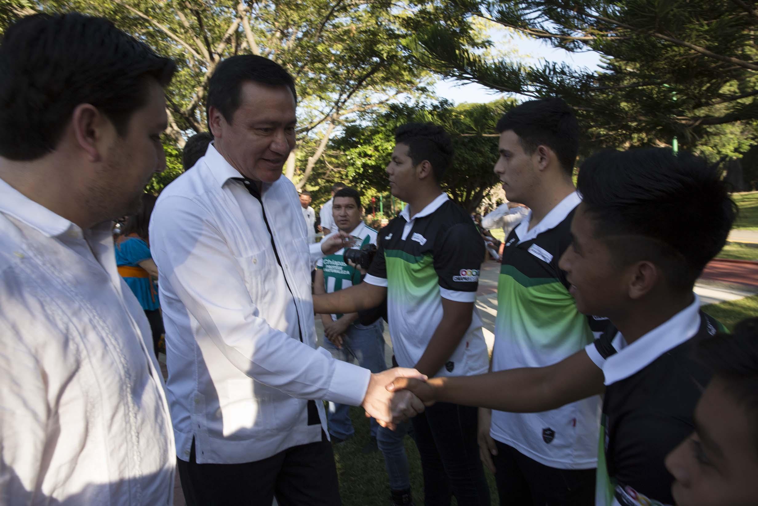 El Secretario de Gobernación saluda a un joven en Chiapas