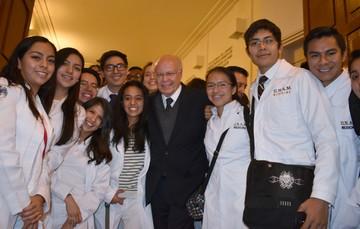 Jóvenes y el Dr. Narro.