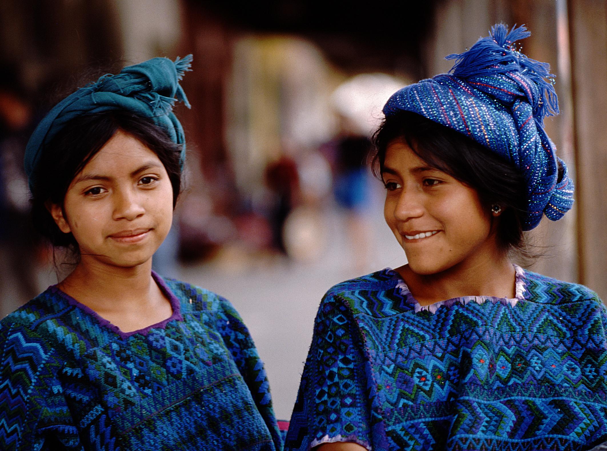 Dos chicas de una comunidad indígena.