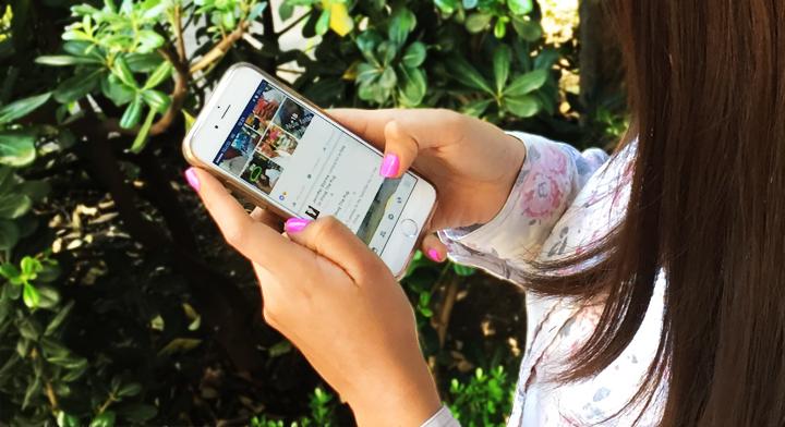 Imagen de una persona revisando su teléfono celular.