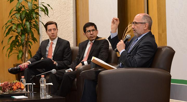 Ministro José Ramón Cossío Díaz dando su conferencia magistral, a su lado el Subsecretario Eber Betanzos Torres, y Jaime Chávez Alor