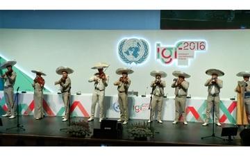 Mariachis en escenario principal del Foro.