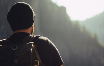 Espalda de una persona con una maleta