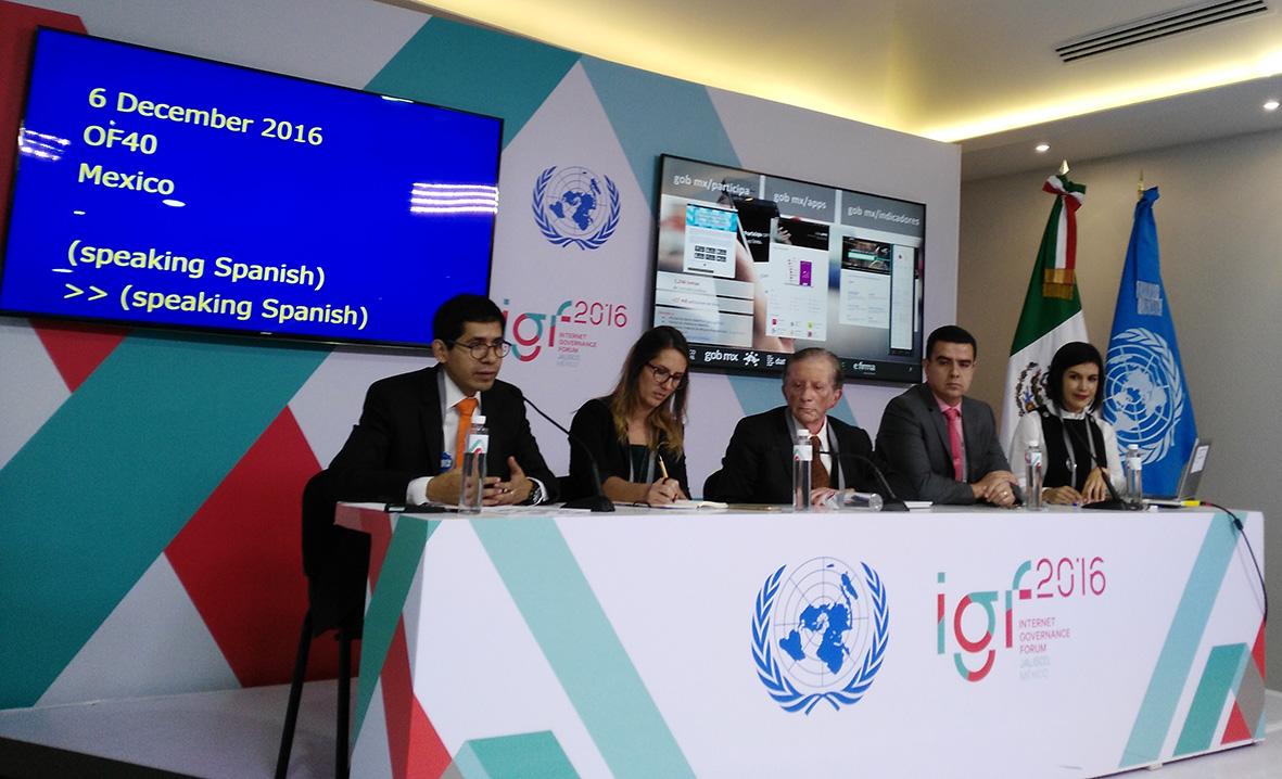 Subsecretario de la Función Pública, Eber Omar Betanzos Torres, y la Titular de la Unidad de Gobierno Digital, Yolanda Martínez Mancilla participando en el Foro para la Gobernanza de Internet