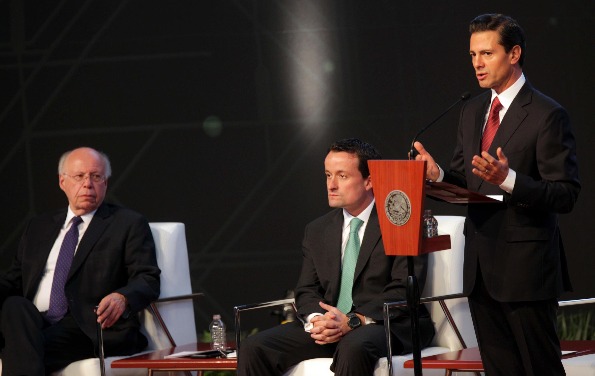 """""""Gracias, porque los esfuerzos y los logros que esta Administración puede reportar ante la sociedad mexicana, a estas alturas de la Administración, es gracias al esfuerzo de cada uno de los servidores públicos"""": EPN"""