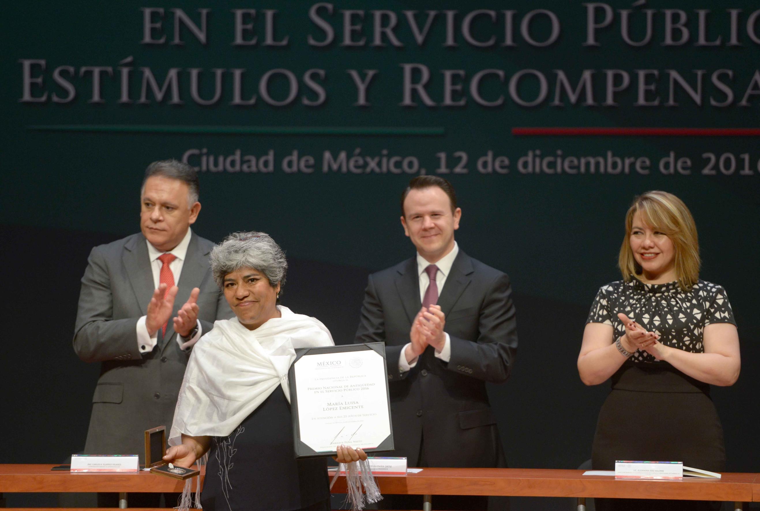 """Al encabezar la ceremonia de entrega del Premio de Antigüedad, Francisco Guzmán Ortiz, el Jefe de la Oficina de la Presidencia, afirmó que, """"servir a México es motivo de gran orgullo. Así lo ha expresado el Presidente de los Estados Unidos Mexicanos""""."""