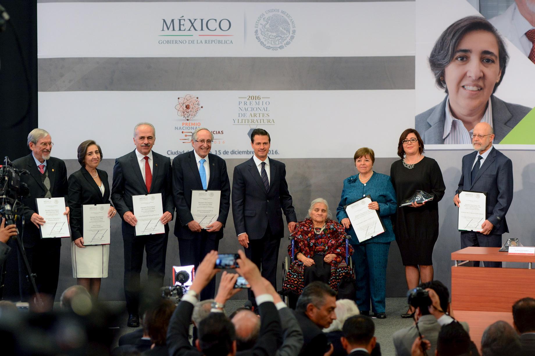 """""""Hoy, con ese espíritu de celebrar el talento de nuestros creadores, reconocemos las trayectorias excepcionales de personas que en diferentes campos de estudio o actividad engrandecen y ponen muy en alto el nombre de México"""": EPN"""