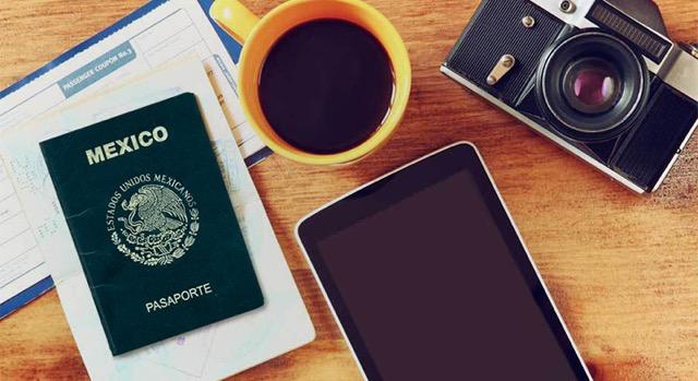 Pasaporte mexicano sobre una mesa.