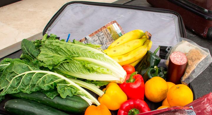 Maleta con productos agroalimentarios