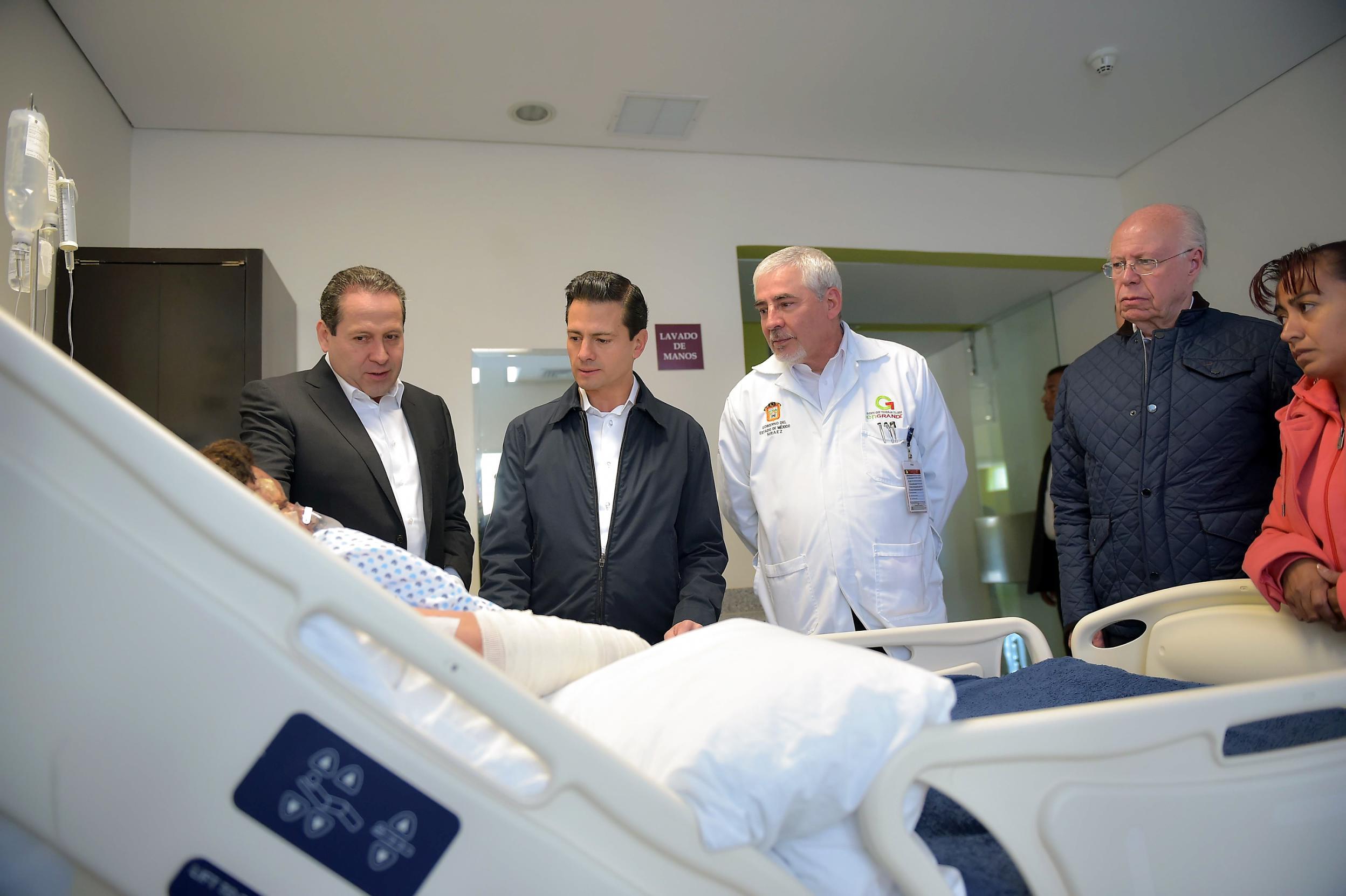 El Presidente Enrique Peña Nieto visitó el Hospital Regional de Alta Especialidad de Zumpango donde platicó con los pacientes ahí internados con motivo de los lamentables hechos ocurridos en el mercado San Pablito de Tultepec.