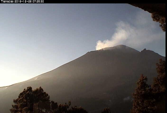 En las últimas 24 horas, por medio de los registros sísmicos del sistema de monitoreo del volcán Popocatépetl, se identificaron 27 exhalaciones de baja intensidad acompañadas de vapor de agua y gas.
