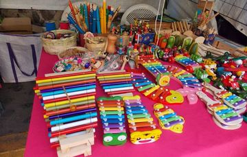 Mesa con diferentes juguetes mexicanos de madera