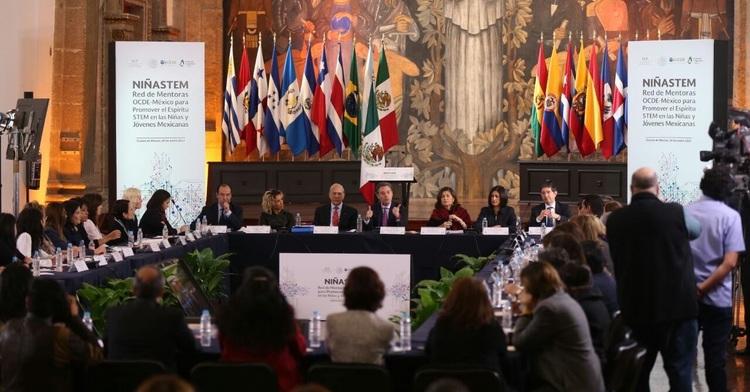 Participantes presentes en el lanzamiento de la iniciativa NINASTEM PUEDEN.