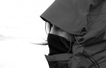 Rostro de una mujer abrigada con chamarra y bufanda