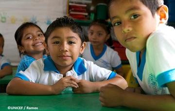 Niñas y niños en su salón de clases. Chiapas, México.