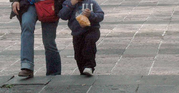 Niño caminando.