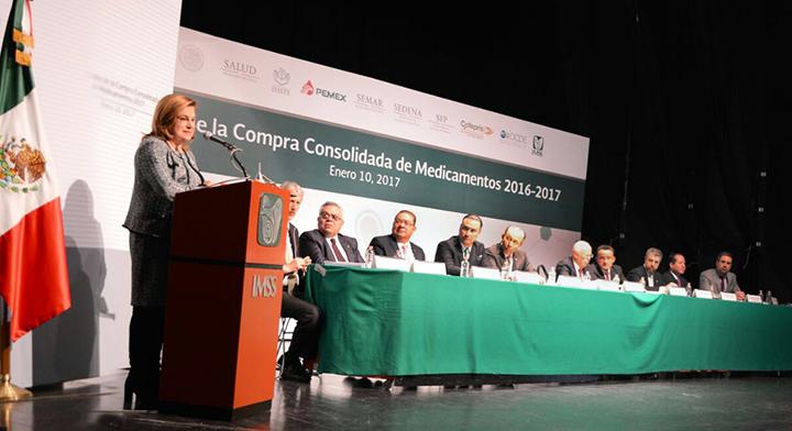 """Mtra. Arely Gómez tomando la palabra en la  presentación de los """"Resultados de la Compra Consolidada de Medicamentos  2016-2017"""
