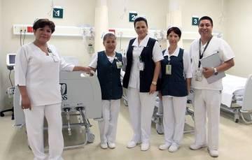 Foto de cuatro enfermeras y un enfermero