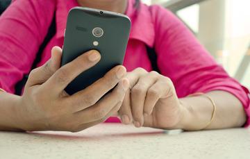Imagen de manos de una mujer con un teléfono