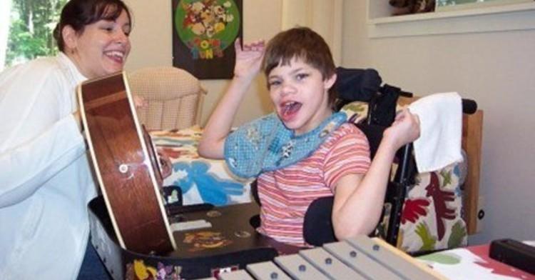 Niño con parálisis cerebral en musicoterapia.