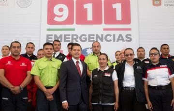 """""""Aquí están los operadores o varios de los que laboran en los distintos centros de emergencia, porque no sólo se trata, a veces, de llamar a la policía que preste algún auxilio, a la Cruz Roja para que se presente a dar un auxilio"""": EPN"""
