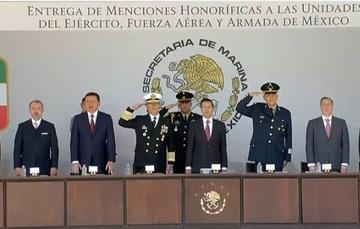 """Ceremonia de entrega de """"Menciones Honoríficas a las Unidades del Ejército, Fuerza Aérea y Armada de México""""."""