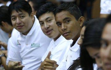 Tres jóvenes sonrien